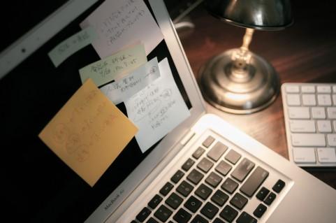 ノートパソコンと付箋