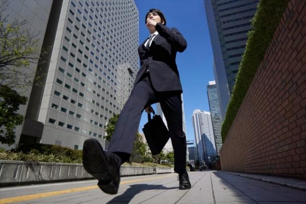 オフィス街を颯爽と歩くビジネスマン